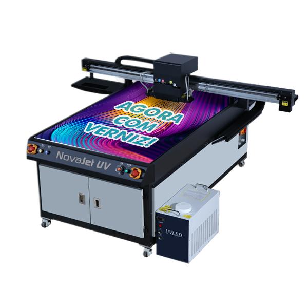 Sucesso de vendas na AKAD, impressora Novajet Led UV com cabeça ricoh Gh2220 de 1,0m x 1,60m ganha agora uma nova versão: com verniz.
